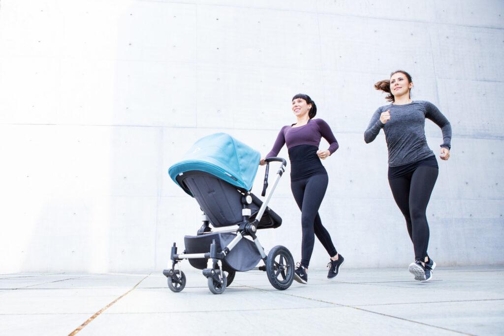 Kristina und Anne joggen mit dem Buggy beim Bodyshape mit Baby